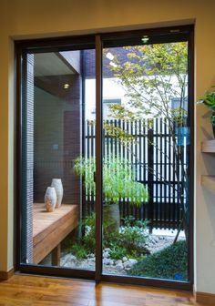 ダイニングルームと縁側から楽しめる和モダンの坪庭。玉リュウで小さな築山を作りました。|デザイン|ナチュラル|縁側|ガーデン|