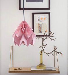 suspension rose papier article du plissage étagère bois - blog déco - clematc Vase Origami, Creation Deco, Blog Deco, Ceiling Lights, Rose, Home Decor, Bird Mobile, Paper Vase, Storage Organizers