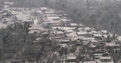 15.fev.2014 - Cinzas vulcânicas cobrem uma vila em Malang, na ilha de Java (Indonésia). A região foi atingida pela erupção do monte Kelud. Ao menos três pessoas morrera, e aeroportos tiveram que ser fechados Imagem: Aman Rochman/AFP 424 / 763