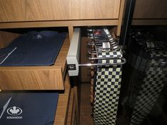 Garderoba dla prawdziwego mężczyzny / wysuwany wieszak Komandor na krawat, paski i szelki / tacki na koszule