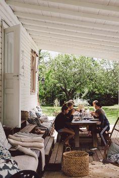 porches cozy home Outdoor entertainment space Patio Interior, Interior Exterior, Interior Design, Outdoor Dining, Outdoor Spaces, Outdoor Decor, Patio Dining, Slow Living, Outdoor Entertaining