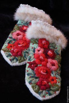 Купить Варежки вязаные с ручной вышивкой и мехом норки Красная горка - бежевый, цветочный