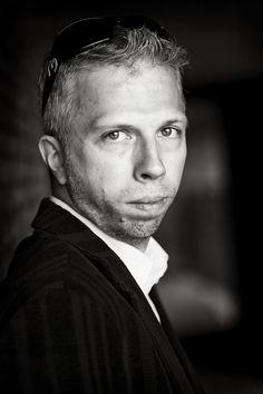 Henrik Ventzel (f.1972) har et hav af afbrudte uddannelser bag sig. Han har rejst i et utal af lande og bor i dag i Sverige med sin cubanske kone og to sønner. Han debuterede med den historiske roman Dødemandsbjerget i 2009.