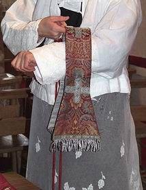 Manipulo: Ornamento litúrgico que se sujeta e el antebrazo izquierdo, presente en el atuendo de los obispos.