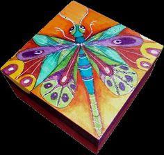 Cajita pintada a mano con colores muy vivos.