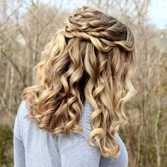 Love this half-up half-down curly hairstyle with twists. The blonde hair makes it so pretty!