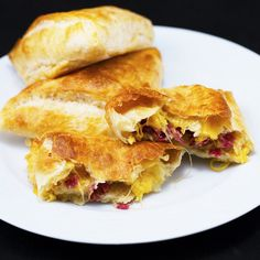 With their crisp exterior and warm, melting insides, these turnovers make for a wonderful snack! Prosciutto and cheddar are a delicious combo when used as fillings in pastry goods. So, if you like impressing the guests with your cooking skills, this is the recipe for you!
