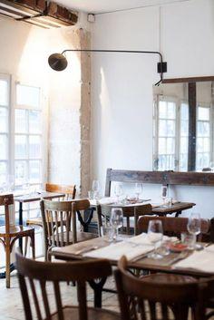 Paris 20e - Roseval Restaurant - 1, Rue d'Eupatoria - Zurückhaltend, aber gleichzeitig modern und entspannt ist das Restaurant in seiner Aufmachung: Kein Schild an der Tür, Holzfußböden, rauverputzte weiße Wände und gerade mal Platz für etwas über 20 Personen. Hier gibt es Kochkunst und Weine, die nicht nur bei Restaurantkritikern und Food-Bloggern die Herzen höherschlagen lassen.