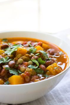 Lentil and Butternut Squash Chili - high in fiber and low in fat this vegetarian chili is packed with super healthy lentils, beans, butternut squash and ton of flavor! Chunky, hearty and perfectly seasoned belly-warming chili | littlebroken.com @littlebroken