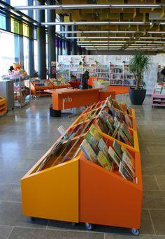 Matalat kirjahyllyt lastenosastolla. Entressen kirjasto.