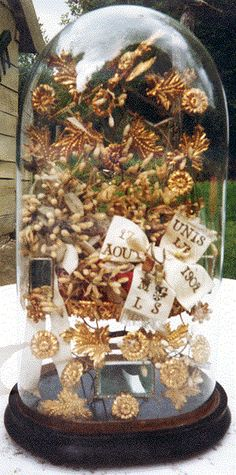 Globe de mariée Glass Globe, Glass Domes, Floral Bouquets, Wedding Bouquets, Wedding Headpiece Vintage, Groom Boutonniere, Display Cases, French Wedding, Art Furniture