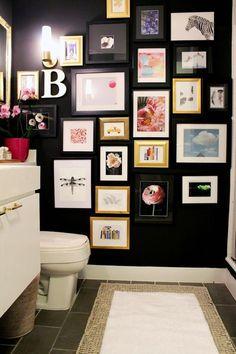 decoração de banheiro lavabo com muitos qradros, gallery wall no banheiro lavabo, quadros com molduras pretas e douradas com gravuras de flores, animais e paisagens