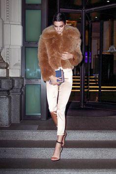 Kendall Jenner at Milan Fashion Week Fall 2017 - Fur Fashion, Look Fashion, Winter Fashion, Womens Fashion, Milan Fashion, Fashion Spring, Fashion Killa, Fashion Styles, Fashion Clothes