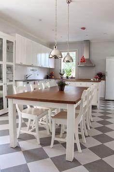 Tolppajalkainen ruokapöytä ja Talonpoikaisbiedermeier-tuolit #sisustus #valkoinen #värilläonväliä