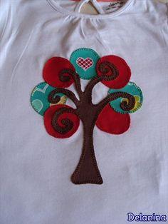 Camiseta árbol abstracto patchwork Camiseta realizada con aplicaciones en tela tipo patchwork.
