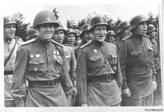 Red Army artillerymen of the Rifle Regiment of the Guards Rifle Division wearing modified German helmets. German Helmet, Modern Photographers, Brothers In Arms, Ww2 Photos, Soviet Army, Army Soldier, Red Army, Troops, Soldiers
