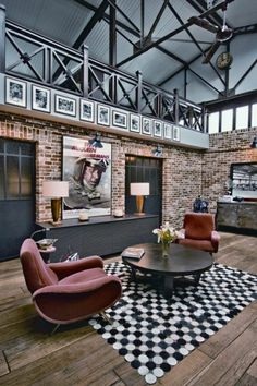 fauteuils rouges, fleurs, table basse industrielle en bois, un toit extraordinaire