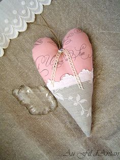 Coeur à suspendre - Heart for hanging. Key To My Heart, Heart Art, Love Heart, Valentine Heart, Valentine Crafts, Valentines, Fabric Hearts, Fabric Flowers, Patchwork Heart