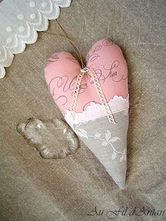Coussin de porte coeur à suspendre rose et gris par AuFildAntan, €12.00