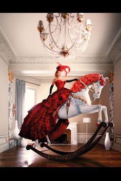 En noviembre Uma se convierte en una jinete de cuento -con vestido de Versace, sombrero de Stephen Jones, zapatos de Salvatore Ferragamo y j...