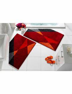 BADMATTEN Een paar badmatten welke op een speciale manier zijn uitgesneden op de matten pasklaar te maken voor deze badkamer.
