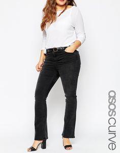Jeans in Übergröße von ASOS CURVE Stretch-Denim Washed-Look Reißverschluss Fünf-Taschen-Stil ausgestellte Passform - gerades Bein und Schlag am Knöchel Maschinenwäsche 97% Baumwolle, 3% Elastan Model trägt UK-Größe 18/EU-Größe 46/US-Größe 14 und ist 180 cm/5 Fuß 11 Zoll groß Gürtel ist nicht im Lieferumfang enthalten