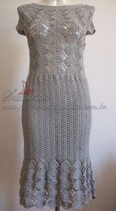 Vestidos de crochê são sempre uma ótima opção no vestuário, por mais simples que sejam tornam o visual diferenciado e elegante. Este foi fei...