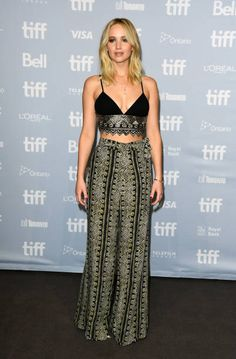 Jennifer Lawrence Rocks a Crop Top for 'mother!' Press Conference at TIFF Photo Jennifer Lawrence gets glam while doing more promo for her new movie mother!, this time at the 2017 Toronto International Film Festival! Jennifer Lawrence Style, Fashion Beauty, Girl Fashion, Red Fashion, Prettiest Actresses, Sartorialist, Glamour, Red Carpet Looks, Red Carpet Dresses