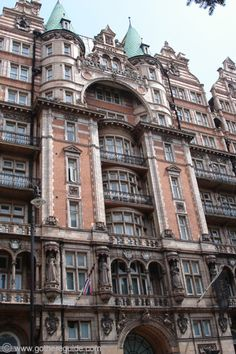 Russell Hotel Bloomsbury London, with life-size statues of four British Queens above the main entrance. Sculpture Arthur Henry Fehr (1867-1940).