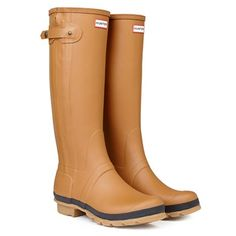 Shop up to off our collection of iconic Hunter rain boots for women, men and kids. Retro Fashion, Fashion 2014, Hunter Rain Boots, Wellington Boot, Kids Boots, Shoe Game, Autumn Fashion, Vogue, Hunter Original