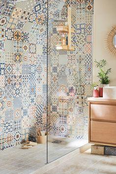 Quelle est la salle de bains qui vous ressemble ? Bohème, romantique ou moderne… Il y en a pour tous les goûts ! Choisissez votre style, sélectionnez les meubles idéaux pour votre espace, trouvez une jolie vasque, puis optez pour la douche et/ou la baignoire de vos rêves !