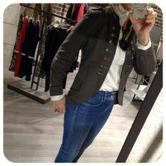 Una prenda que no puede faltar en tu armario es esta chaqueta de #estilomilitar, diseña tu mejores #outfits este #Otoño con todas las tendencias de #moda que encontrarás en #KokerValladolid. Ven a vernos, te esperamos!!