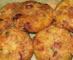 Indonesian Recipes: Perkedel Kentang: Indonesian biscuits made from potato and minced meat or corned beef Corned Beef, Dutch Recipes, Great Recipes, Cooking Recipes, Indian Food Recipes, Asian Recipes, Low Carb Brasil, Indonesian Cuisine, Indonesian Recipes
