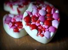 mettre du sucre coloré ou des m&m ds un moule à chocolat et verser du chocolat fondu dessus. Laisser figer. C'est prêt!!!