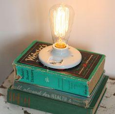 Una lámpara hecha de libros para poner en tu buró. | 15 Regalos que puedes hacer en casa y te costarán $0.