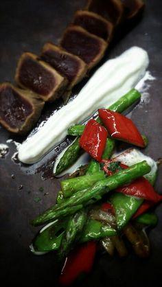 Tataki de atún con chop-suey de verduras y espuma de jengibre