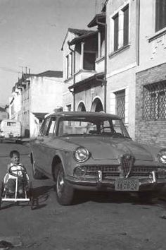 1963 - O saudoso Ayrton Senna brincando de carrinho na Rua Aviador Gil Guilherme no Bairro de Santana. Acervo Família Senna.