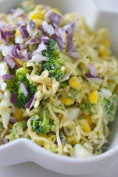 Sałatka z makaronem z zupek chińskich i brokułami to moja propozycja sałatki na imprezy ze znajomymi. Może nie jest ona
