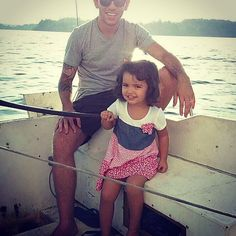 Imitando papai no veleiro mas só de brincadeira!!! #sailboat #saillovers #firstsailever #firstsaillesson realizando um sonho!!! Ao menos o começo de um sonho! by samyrmoises