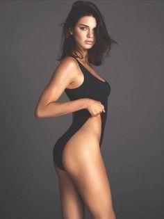 Kylie Jenner posa muy sexy con este escotado bañador negro.