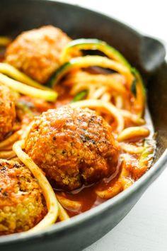 Herbed Cauliflower Quinoa Meatballs from The Fitchen - Herbed Cauliflower Quinoa Meatballs – Super EASY vegetarian meatball recipe! Vegetarian Meatballs, Meatball Recipes, Good Healthy Recipes, Vegan Recipes Easy, Vegetarian Recipes, Cheap Recipes, Healthy Meals, Vegan Diner, Herbs