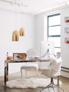 Bureau décoré avec style : luminaire cuivré, tapis peau de mouton, chaise #homeoffice #desk #bureau