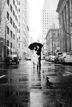 Inspired wedding photos in rainy day | Top Tips To Rock Rainy Day Wedding Pictures | http://www.bridestory.com/blog/top-tips-to-rock-rainy-day-wedding-pictures