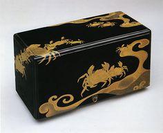 江戸時代 蟹波蒔絵箱 Box with Crabs and Waves Period: Edo period (1615–1868) Date: 17th century Culture: Japan Medium: Lacquered wood with gold hiramaki-e and e-nashiji on black lacquer ground