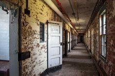 """この写真シリーズ『American Asylums(アメリカの閉鎖病棟)』を撮影したのはアメリカの写真家""""ジェレミー・ハリス""""氏。2006年に地元のとある精神病院の廃墟を発見し内部に入り込んだことからその魅力に取り憑かれてしまい、今ではアメリカ全土にある精神病院の廃墟を周って撮影しているそうです。"""