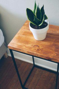 Geometrischer Beistelltisch aus altem Wäscheständer und Holz