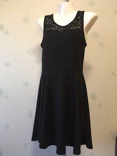 Robe patineuse noire avec dentelle de marque . Taille 36 / 8 / S à 10.00 € : http://www.vinted.fr/mode-femmes/petites-robes-noires/36759502-robe-patineuse-noire-avec-dentelle.