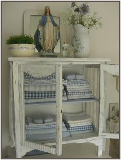 Perfect French Shabby Chic Interior Design – Shabby Chic Home Interiors Shabby Chic Interiors, Shabby Chic Bedrooms, Shabby Chic Homes, Shabby Chic Furniture, Furniture Vintage, Pine Furniture, Italian Furniture, Small Bedrooms, Guest Bedrooms