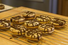Estas galletas de garabatos de mantequilla llevan chocolate en el medio y van decoradas con garabatos de chocolate.