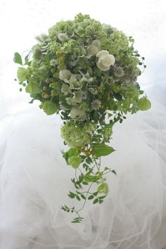 セミキャスケードブーケ 木陰の白 ベルクラシック様への画像:一会 ウエディングの花